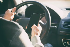 אדם משתמש בנייד בנהיגה