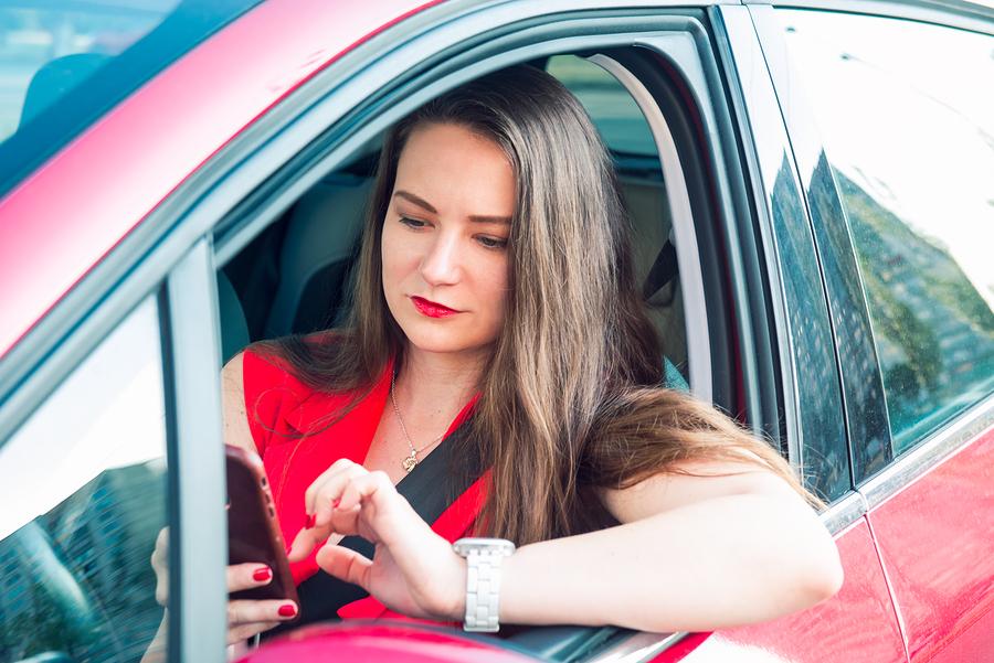 אישה עושה שימוש בנייד בזמן נהיגה